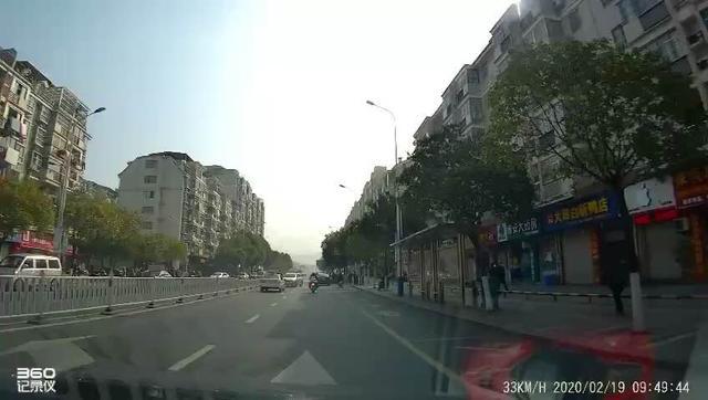 #事故现场 大早上的,摩托车都撞飞了。