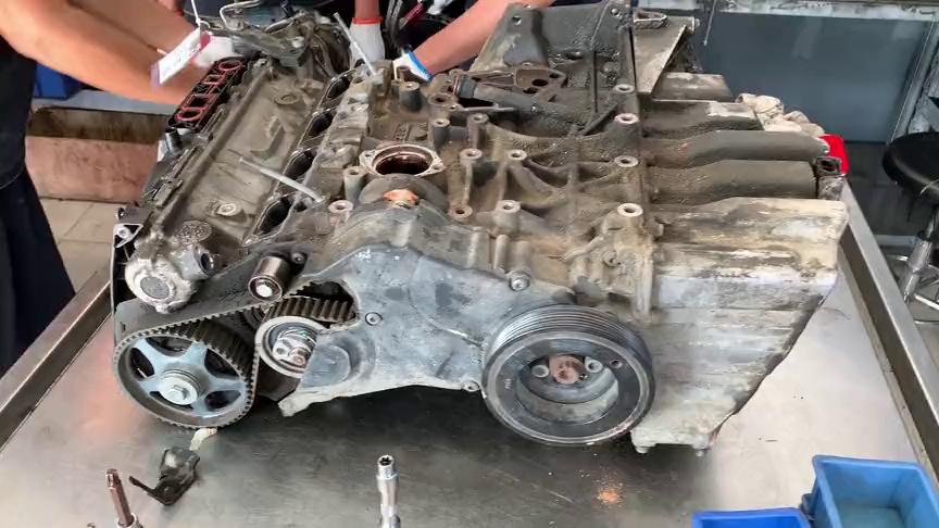 奥迪发动机因烧机油而大修,看看师傅拆散凸机的简略过程!