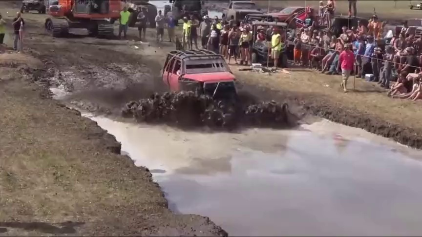 真的猛!!看看大脚怪是怎么过泥水潭的1