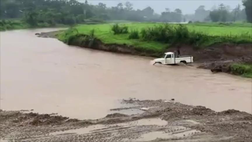 司机是什么胆,开着百吨卡车也敢开进河里