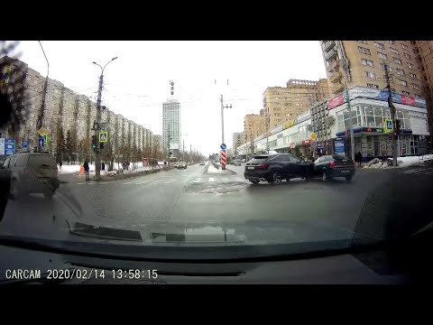 车祸合集:十字路口两车相撞,开车要小心