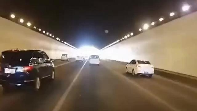 """4车损坏!两车在隧道内恶意别车""""斗气"""",无辜车辆被撞翻"""