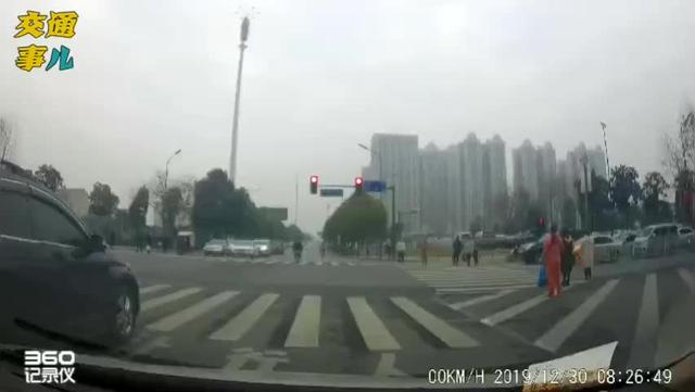 前车减速必有事,路口别超齐头车