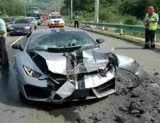 兰博基尼追尾本田,车祸现场一片狼藉,车主痛哭 300万打水漂