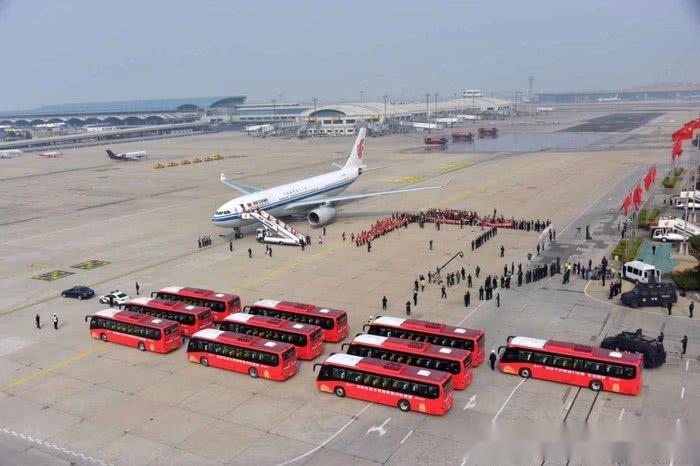 援鄂医疗队顺利返京 看看接机部队里都是什么车?