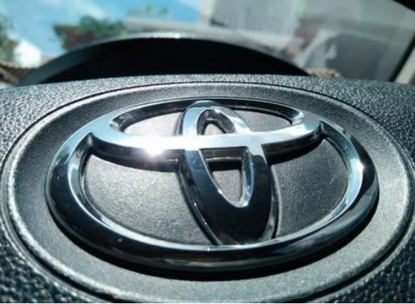丰田也开始更换车标?看到新车标后,车主:车买早了
