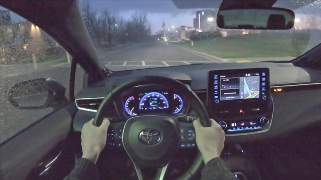 夜间试驾2020款丰田卡罗拉XSE