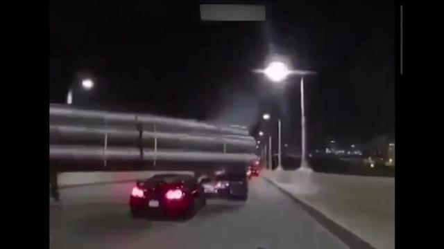 小跑车模仿电影情节钻入大货车下,引发意外,哎 千万不要作死呀