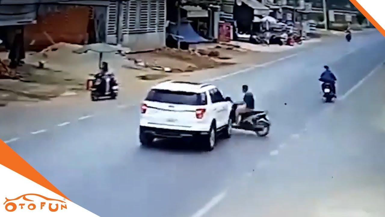 乡镇十字路口飞出一个摩托车,小轿车直接撞了上去