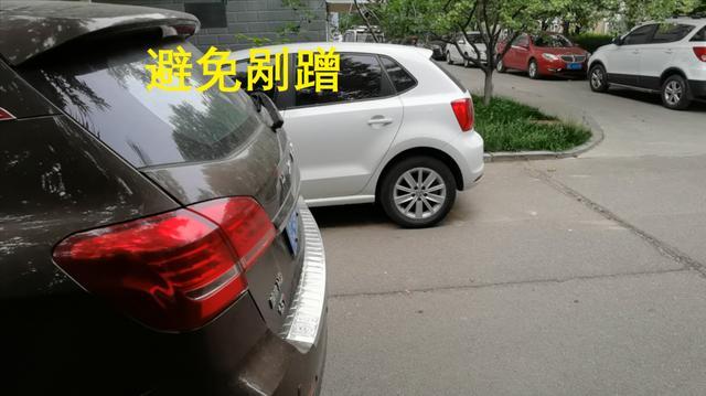 侧方停车第一步,如何判断两车的车尾对齐,老司机分享小技巧