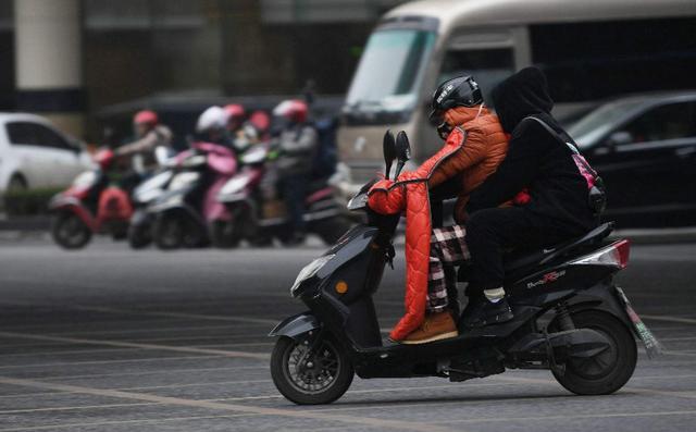 """中国发明全球""""最小电动车"""",可装在包里,网友:需要戴头盔吗?"""