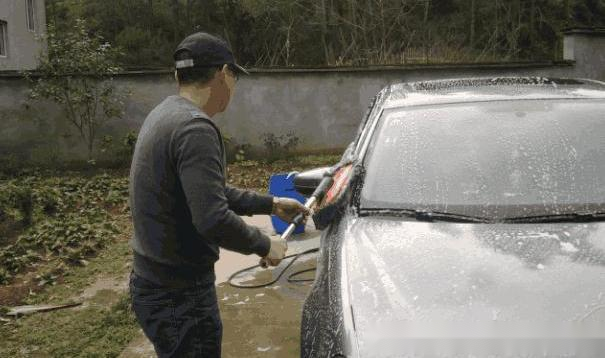 4S店洗车费钱, 自己洗车会伤车? 老司机告诉你如何洗车省钱不伤车