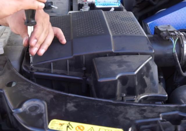 空气滤清器,如果你是2.0T的车,那么有必要3年换一次