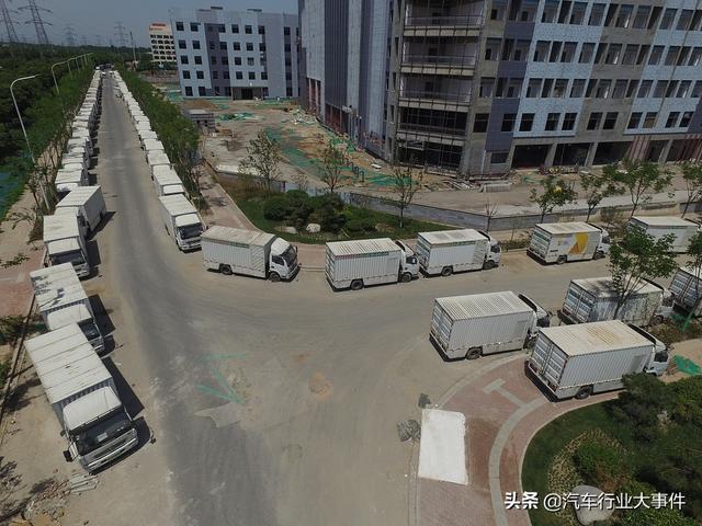 西安某地近百辆新能源汽车被抛弃,停放一年成为僵尸车