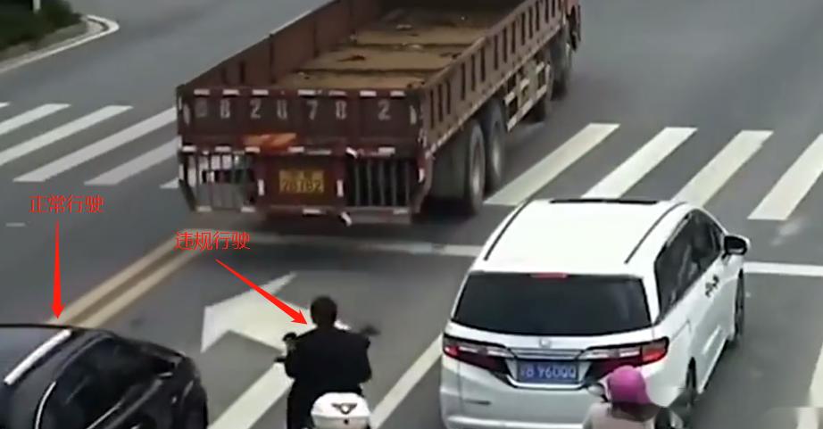 电动车轿车互不相让,电动车主被撞倒在地,爬起来提拳锤人