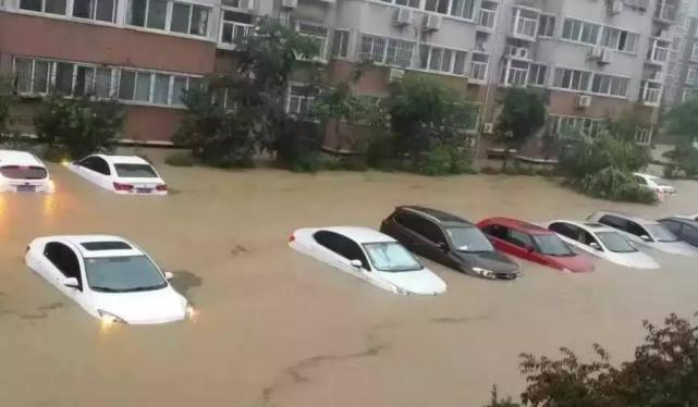 广州暴雨后,车主为防止爱车泡水妙招迭出,网友:大开眼界!