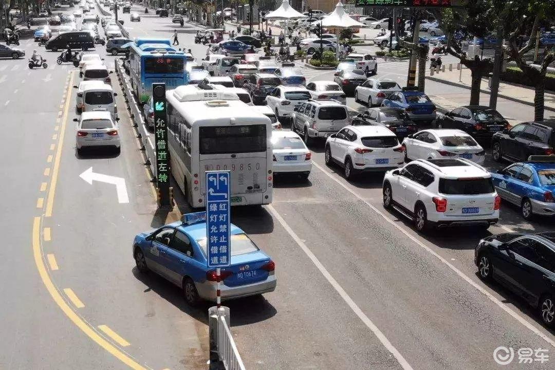 """需要注意的是   只有当信号灯为绿色时   才可以驶入""""借道左转""""车道   否则就是闯红灯   如果一次没有过去   就等下一次绿灯亮起时再驶入   有的在道中间   有的在上方指示牌里   当信号灯变成绿色时   才可驶入左转待转车道   等待大路口左转图片"""