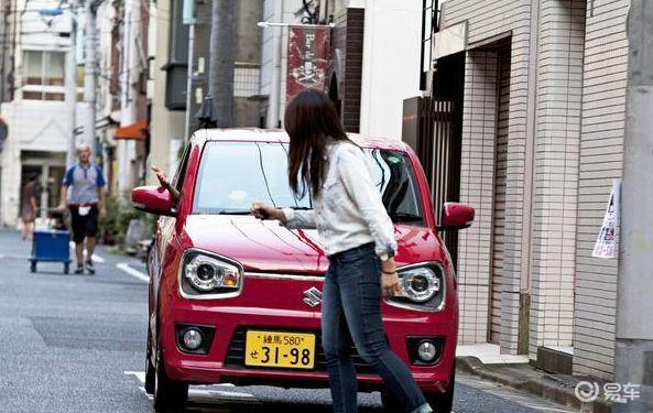 行人路权优先级更高,但为何豪车车主却不是这样认为?