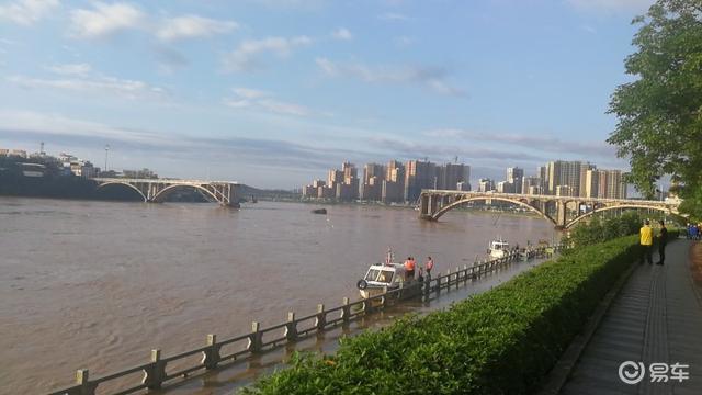 河源市一大桥垮塌,两车坠入江中!雨季开车要多注意规避危险