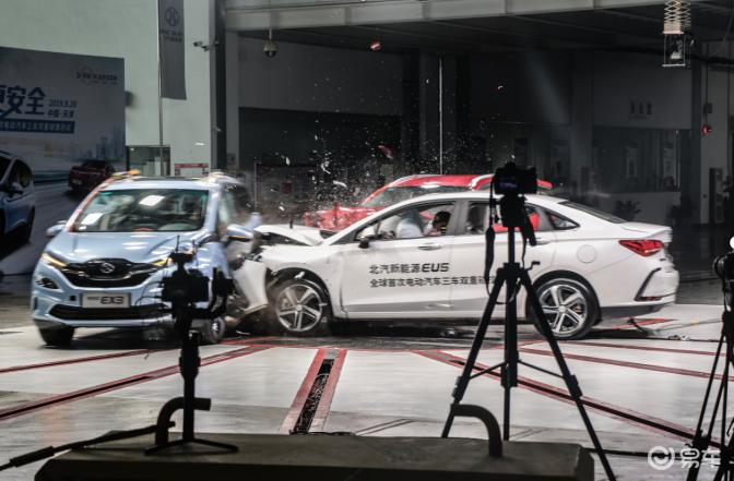 电动车也可以很安全,北汽新能源EX3用三车两撞为安全正名