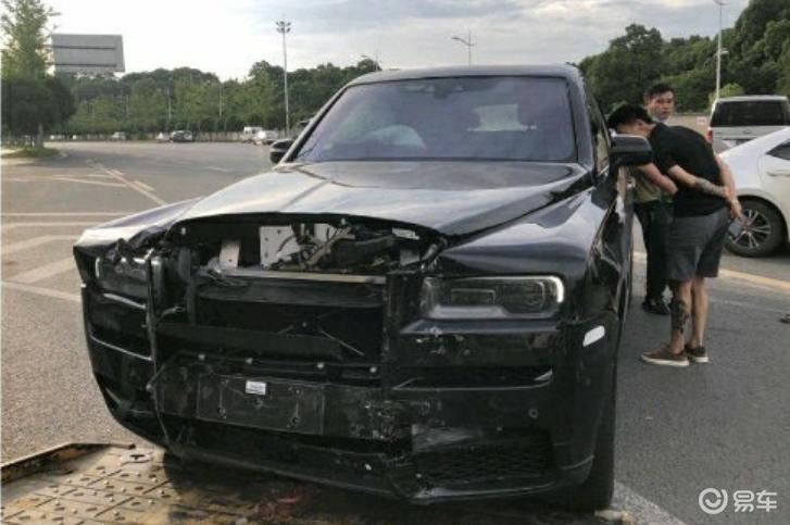 面包车撞库里南,碰了豪车就活该倾家荡产?