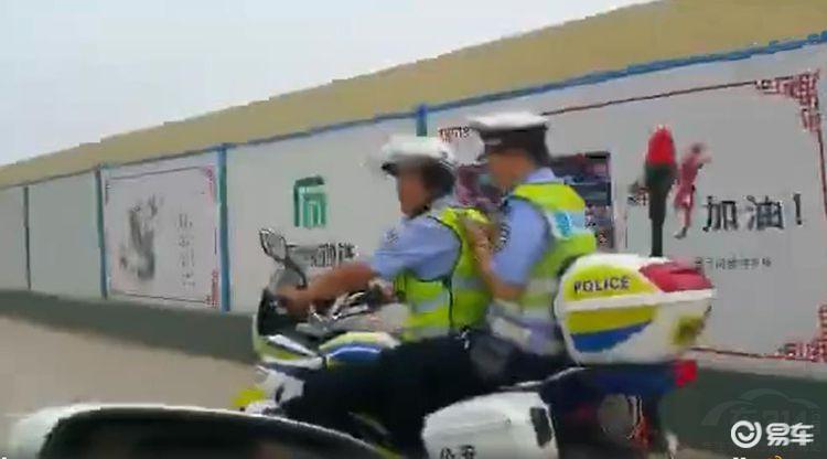 车主指证辅警骑乘摩托车未戴头盔 网友:估计车主老是被罚!