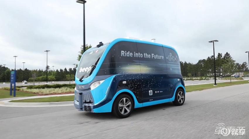 美国诊所用无人车运送新冠病毒检测样本,身后需要跟个安全车